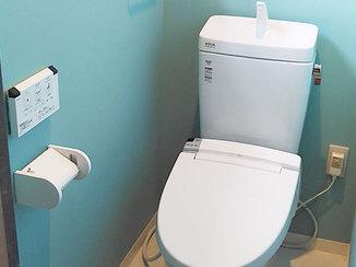 トイレリフォーム ライトブルーのクロスがおしゃれなトイレ空間